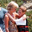 Lady Diana et son fils le prince Harry lors de vacances à Saint-Tropez en juillet 1997