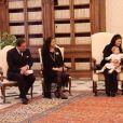 La princesse Leonore de Suède, avec sa maman la princesse Madeleine, son papa Christopher O'Neill et sa mamie la reine Silvia, rencontrait le 27 avril 2015 au Vatican le pape François.