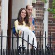Kate Middleton et le prince William ont présenté leur fille la princesse de Cambridge le jour de sa naissance, le 2 mai 2015, devant la maternité Lindo de l'hôpital St Mary, à Londres, avant de rentrer à Kensington Palace.