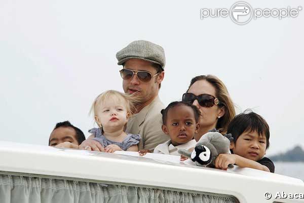 Brad et Angelina Jolie avec leur petite tribu