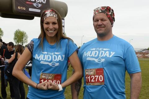 Laury Thilleman : Sportive survoltée pour le Mud Day, devant Christian Califano