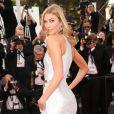 Karlie Kloss parée par De Grisogono (elle  a choisi de porter une bague ONDE et des boucles d'oreilles SOLE le tout en or blanc diamants)  sur les marches du Palais des Festivals pour la projection du film La Tête Haute et la cérémonie d'ouverture du 68e Festival de Cannes. Cannes, le 13 mai 2015.