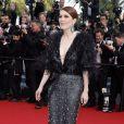 Julianne Moore, habillée d'une robe haute couture Armani Privé, sur les marches du Palais des Festivals pour la projection du film La Tête Haute et la cérémonie d'ouverture du 68e Festival de Cannes. Cannes, le 13 mai 2015.