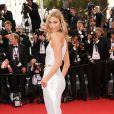 Karlie Kloss (bijoux de Grisgono) sur les marches du Palais des Festivals pour la projection du film La Tête Haute et la cérémonie d'ouverture du 68e Festival de Cannes. Cannes, le 13 mai 2015.