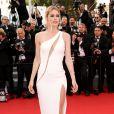 Doutzen Kroes, habillée d'une robe haute couture Atelier Versace (collection printemps-été 2015) sur les marches du Palais des Festivals pour la projection du film La Tête Haute et la cérémonie d'ouverture du 68e Festival de Cannes. Cannes, le 13 mai 2015.