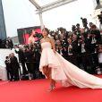 Leïla Bekhti sur les marches du Palais des Festivals pour la projection du film La Tête Haute et la cérémonie d'ouverture du 68e Festival de Cannes. Cannes, le 13 mai 2015.