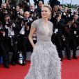 Naomi Watts, habillée d'une robe haute couture Elie Saab (collection printemps-été 2015) sur les marches du Palais des Festivals pour la projection du film La Tête Haute et la cérémonie d'ouverture du 68e Festival de Cannes. Cannes, le 13 mai 2015.