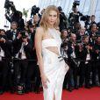 Karlie Kloss sur les marches du Palais des Festivals pour la projection du film La Tête Haute et la cérémonie d'ouverture du 68e Festival de Cannes. Cannes, le 13 mai 2015.