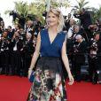 Alice Taglioni, habillée d'un chemisier bleu et d'une jupe Elie Saab (pré-collection automne 2015) sur les marches du Palais des Festivals pour la projection du film La Tête Haute et la cérémonie d'ouverture du 68e Festival de Cannes. Cannes, le 13 mai 2015.
