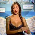 En larmes, Julia des  Anges 7  décide de quitter l'aventure à cause de sa relation chaotique avec Steven. Episode des  Anges 7  diffusé le 13 mai 2015.