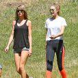 Taylor Swift et Gigi Hadid se promènent dans un parc à Los Angeles, le 10 mai 2015