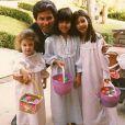 Khloé, Kourtney et Kim Kardashian, enfants, fêtent Pâcques avec leur père Robert Kardashian. Photo publiée le 5 avril 2015.