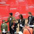 Romeo Beckham soutenu par son père David, sa mère Victoria et ses frères Brooklyn et Cruz pour sa première participation au marathon de Londres, le 26 avril 2015.