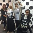 Victoria Beckham et son entourage s'amusent dans un magasin de Singapour. Photo publiée le 19 mai 2015.