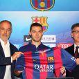 Thomas Vermaelen pose lors d'une conférence de presse après avoir signé un contrat de cinq ans avec le FC Barcelone, le 10 août 2014.
