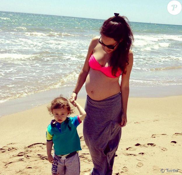 Polly Parsons, enceinte, et son fils Raff - mai 2015