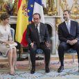 La reine Letizia, François Hollande et le roi Felipe VI d'Espagne lors de la réception du couple royal espagnol à l'Elysée le 2 juin 2015, pour une visite d'Etat de trois jours.