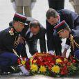 François Hollande et Felipe VI déposent une couronne de fleurs sur la tombe du soldat inconnu, en haut des Champs-Elysées. Le roi Felipe VI et la reine Letizia d'Espagne ont été officiellement accueillis par le président de la République François Hollande et la ministre de l'Ecologie Ségolène Royal à l'Arc de Triomphe, le 2 juin 2015 à Paris, pour leur visite d'Etat de trois jours.