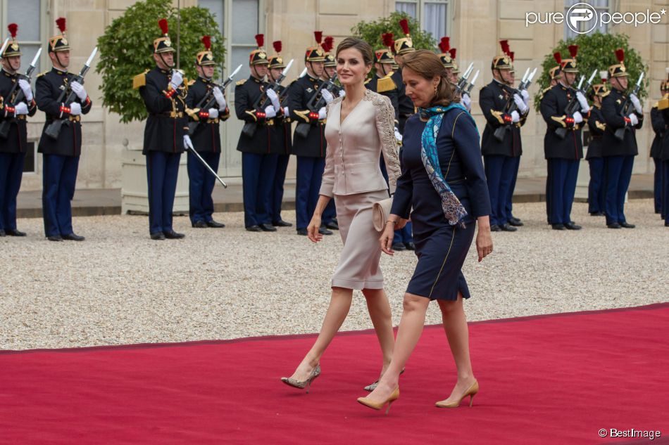 Letizia d'Espagne accompagnée par Ségolène Royal, à l'Elysée. Le roi Felipe VI et la reine Letizia d'Espagne ont été reçus à l'Elysée par le président de la République François Hollande, secondé par son ex-compagne la ministre de l'Ecologie Ségolène Royal, le 2 juin 2015 à Paris, à leur arrivée pour leur visite d'Etat de trois jours.