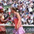 Serena Williams et Sara Errani lors des Internationaux de France de tennis de Roland Garros à Paris le 3 juin 2015. Serena Williams s'est qualifiée sans problème pour les demi-finales de Roland-Garros. Sara Errani, pourtant 17e mondiale et finaliste en 2012, n'a rien pu faire pour l'en empêcher (6-1, 6-3).