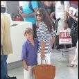 Liz Hurley et son fils Damian ainsi que son mari Arun Nayar quittent le sud de la France, aéroport de Nice le 20 aout 2010