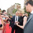 La princesse Charlene de Monaco signant des autographes le 13 juin 2015 à son arrivée pour la soirée d'ouverture du 55e Festival international de télévision de Monte-Carlo, au Grimaldi Forum.