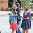 Ireland Baldwin, devenue brune, se promène avec des amis dans les rues de Malibu, le 22 mai 2015