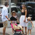 Jessica Alba, son mari Cash Warren et leurs deux filles Honor et Haven se rendent dans un parc pour profiter d'une après-midi en famille à l'occasion de la fête des pères à New York, le 21 juin 2015.