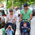 Amy Poehler, Will Arnett et leurs enfants Archie et Abel dans les rues de West Village à New York, le 12 mai 2012