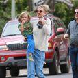 Exclusif - Kate Hudson et son fils Bingham sont allés visiter le nouveau domicile de Reese Witherspoon à Brentwood. Jim Toth, le mari de Reese, les accueille sur le palier de la porte. Le 22 mai 2015