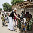 Elodie Gossuin à Dakar, au Sénégal, lors de son voyage humanitaire pour l'opération Objectif 100 de l'Unicef, en juin 2015.
