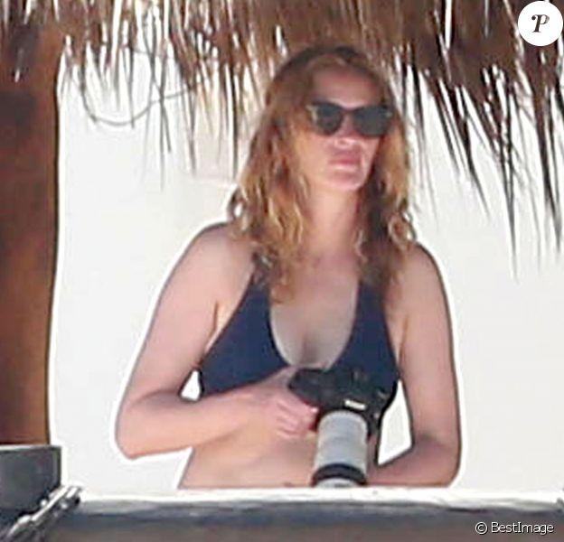 Exclusif - Julia Roberts, avec son mari Danny Moder, profite de la plage lors d'une escapade à Cabo San Lucas, le 22 juin 2015.