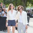 Inès de la Fressange et sa fille Nine d'Urso arrivent au Grand Palais pour le défilé Chanel (collection haute couture automne-hiver 2015-2016). Paris, le 7 juillet 2015.