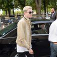 Gabriel-Kane Day-Lewis (fils d'Isabelle Adjani et Daniel Day-Lewis) arrive au Grand Palais pour le défilé Chanel (collection haute couture automne-hiver 2015-2016). Paris, le 7 juillet 2015.