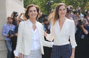Fashion Week : Inès de la Fressange et sa fille applaudissent Karl et Kendall