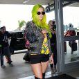 Kesha arrive, les cheveux vert fluo, à l'aéroport de LAX à Los Angeles pour prendre l'avion, le 22 mai 2015