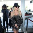 Kesha et son petit ami Brad Ashenfelter prennent un vol à l'aéroport de Los Angeles, le 15 avril 2015.