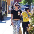 Miley Cyrus est allée déjeuner avec des amis au restaurant «Midori Sushi» à Studio City, le 3 juillet 2015