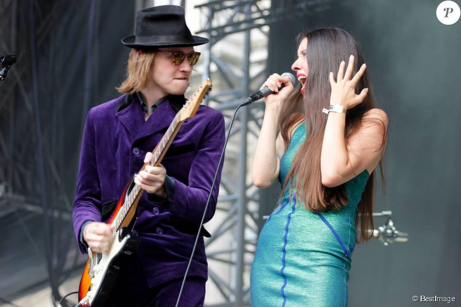 Raoul Chichin et sa soeur Simone Ringer (les enfants de Catherine Ringer et Fred Chichin du groupe Les Rita Mitsouko), membres du groupe Minuit en concert lors du deuxième jour du Festival Fnac Live 2015 sur le parvis de l'Hôtel de Ville à Paris, le 16 juillet 2015.