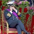 Le prince Laurent de Belgique au téléphone durant le défilé militaire de la Fête nationale, le 21 juillet 2015 à Bruxelles.