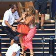 Mariah Carey rattrapée de justesse alors qu'elle chute dans l'escalier de l'Arctic le 1er juillet 2015