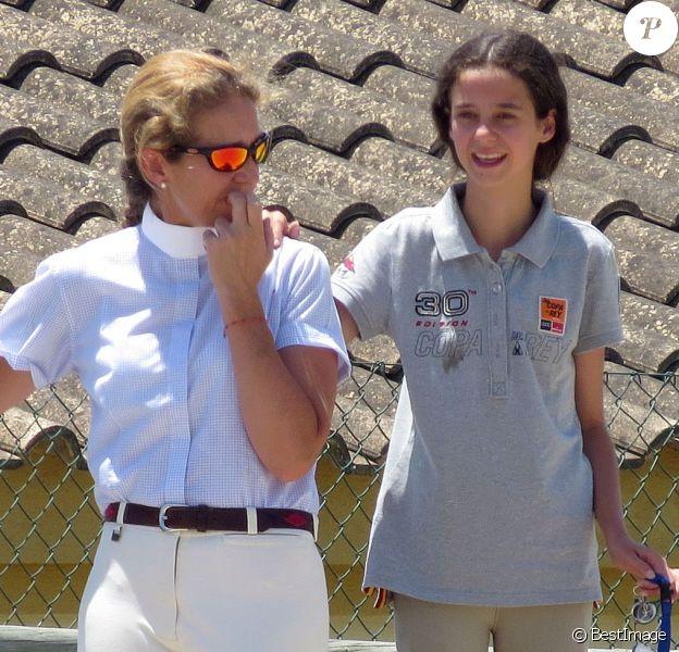 L'infante Elena d'Espagne et sa fille Victoria, 14 ans, ont entamé leurs vacances ensemble le 19 juillet 2015 en s'entraînant à l'Ecole d'art équestre Costa del Sol, à Marbella.