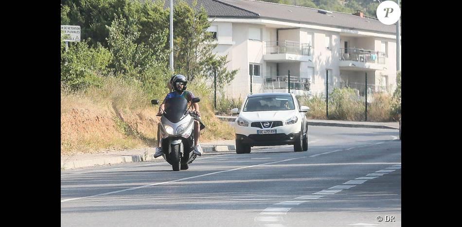 Nabilla Benattia et son compagnon Thomas Vergara partent en scooter chez Bricorama pour finaliser l'installation de leur cuisine de leur nouvel appartement à Aix en Provence le 17 juillet 2015.