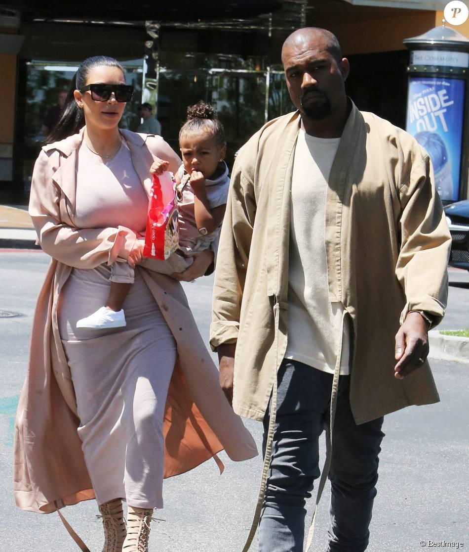 Semi-Exclusif - Kim Kardashian, enceinte, est allée au cinéma avec son mari Kanye West et sa fille North à Calabasas, le 11 juillet 2015