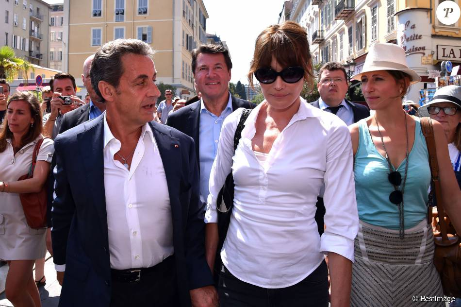"""Nicolas Sarkozy et Carla Bruni-Sarkozy dans les rues de Nice après avoir déjeuné au restaurant """"La Petite Maison"""" le 19 juillet 2015"""