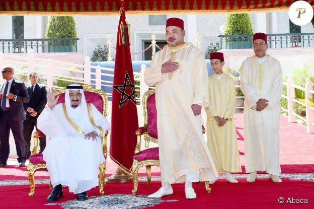 Le roi Mohammed VI du Maroc, avec son fils le prince Moulay El Hassan et son frère le prince Moulay Rachid, lors d'une cérémonie avec le roi Abdulaziz d'Arabie saoudite le 21 août 2015 à Tanger.