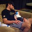 Le fils de Carrie Underwood endormi sur les genoux de son mari / photo postée sur le compte Instagram de la chanteuse au mois d'août 2015.