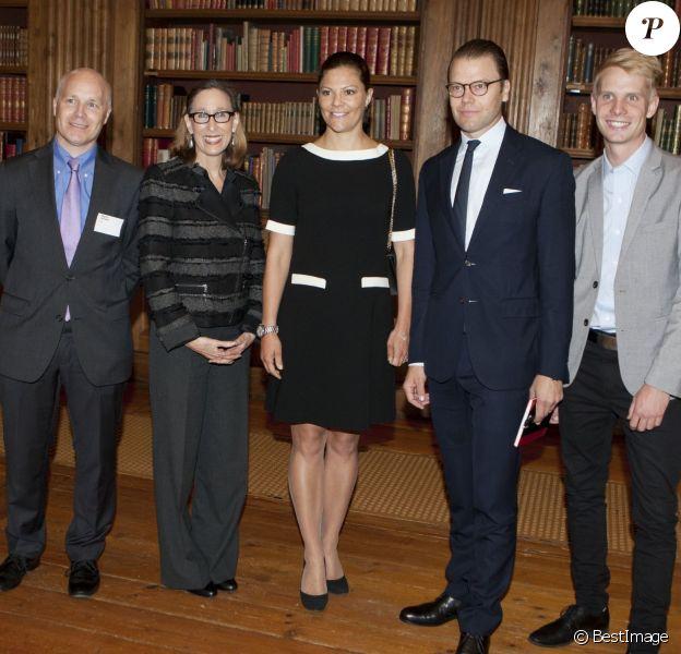 La princesse Victoria de Suède, enceinte et secondée par son mari le prince Daniel, recevait le 7 septembre 2015 dans la bibliothèque du palais royal Drottningholm, à Stockholm, Tina Seelig, professeur à l'Université de Stanford, qui a animé un atelier.