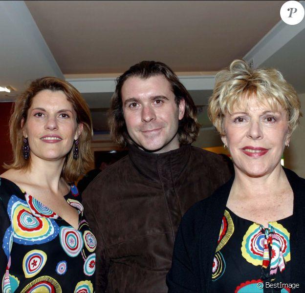 Sylvie Joly avec sa fille Mathilde et son fils Grégoire lors de l'inauguration de l'espace Yon Ka à Paris le 2 avril 2003