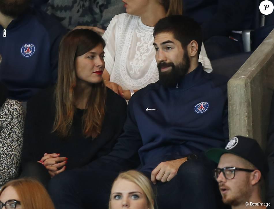 Nikola Karabatic et sa compagne Géraldine Pillet lors de la rencontre de Ligue 1 entre le PSG et les Girondins de Bordeaux, au Parc des Princes à Paris le 11 septembre 2015